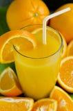 在玻璃的橙汁。 免版税图库摄影