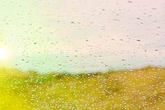 在玻璃的水下落反对日落 免版税库存图片