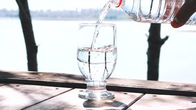 在玻璃的水装填本质上 股票视频