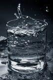 在玻璃的清楚的水 免版税库存照片