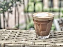 在玻璃的热奶咖啡 免版税库存照片
