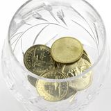 在玻璃的硬币 库存照片