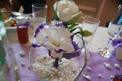 在玻璃的紫色花 免版税库存照片