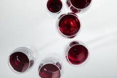 在玻璃的红葡萄酒在白色安排了隔绝 库存照片