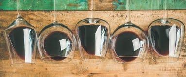 在玻璃的红酒在土气木背景,宽构成 免版税库存照片