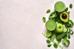 在玻璃的绿色菜圆滑的人 与拷贝空间的顶视图 免版税图库摄影