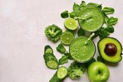 在玻璃的绿色菜圆滑的人 与拷贝空间的顶视图 免版税库存图片