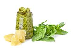 在玻璃的绿色pesto与basi巴马干酪和叶子片断  免版税库存照片