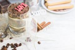 在玻璃的自创提拉米苏用巧克力、咖啡豆和savoyardi饼干 Copyspace 免版税图库摄影