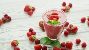 在玻璃的草莓圆滑的人用薄菏 影视素材
