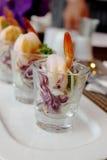 在玻璃的虾和蔬菜 免版税库存照片
