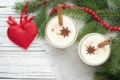 在玻璃的蛋黄乳鸡尾酒安排了与圣诞节装饰  图库摄影