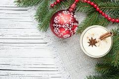 在玻璃的蛋黄乳鸡尾酒安排了与圣诞节装饰  库存图片