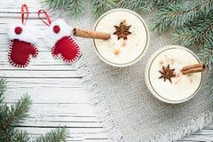 在玻璃的蛋黄乳鸡尾酒安排了与圣诞节装饰  免版税库存照片