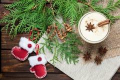 在玻璃的蛋黄乳鸡尾酒安排了与在w的圣诞节装饰 免版税库存照片