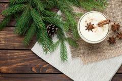 在玻璃的蛋黄乳鸡尾酒安排了与在w的圣诞节装饰 图库摄影