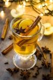在玻璃的被仔细考虑的萍果汁在木桌上 圣诞节饮料 免版税图库摄影
