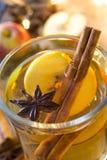 在玻璃的被仔细考虑的萍果汁在木桌上 圣诞节饮料 库存照片