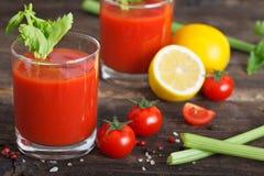 在玻璃的西红柿汁用芹菜 图库摄影