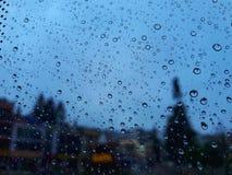 在玻璃的雨水 免版税库存图片