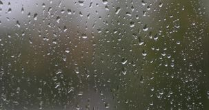 在玻璃的雨珠在白天期间 影视素材