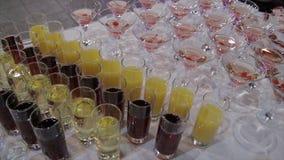 在玻璃的香宾用在桌和党背景的新鲜的樱桃 玻璃顶视图用不同的酒精饮料的 免版税库存图片