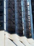 在玻璃盘反映的城市大厦Windows 免版税库存照片