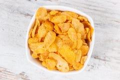 在玻璃碗的玉米片当来源碳水化合物和饮食纤维,滋补吃概念 免版税库存图片