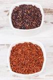 在玻璃碗的红色和黑米,健康营养概念 库存照片