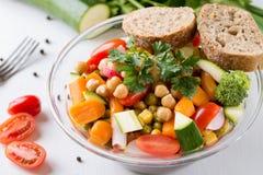 在玻璃碗的菜沙拉用硬花甘蓝和蕃茄在丝毫 库存照片