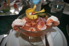 在玻璃碗的虾仁开胃品与装饰大蕉芯片 库存图片