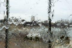 在玻璃窗背景概念的抽象雨水 库存图片