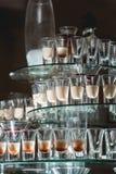 在玻璃立场的不同的酒精饮料 酒,香槟,科涅克白兰地,伏特加酒,马蒂尼鸡尾酒 库存图片