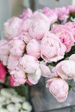 在玻璃花瓶的可爱的花 桃红色牡丹美丽的花束 花卉构成,场面,白天 墙纸 免版税图库摄影