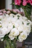 在玻璃花瓶的可爱的花 白色牡丹美丽的花束  花卉构成,场面,白天 墙纸 免版税库存图片
