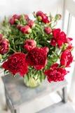 在玻璃花瓶的可爱的花 红色牡丹美丽的花束  花卉构成,场面,白天 墙纸 图库摄影