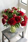 在玻璃花瓶的可爱的花 红色牡丹美丽的花束  花卉构成,场面,白天 墙纸 库存图片