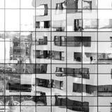 在玻璃门面反射的现代黑白大厦 免版税图库摄影