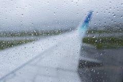 在玻璃飞机上的水下落在一下雨天 免版税库存图片