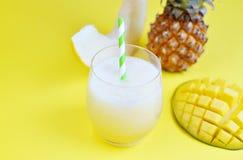 在玻璃,夏天饮料饮料,健康食物概念,生气勃勃,异乎寻常的果子的冷的新鲜的瓜芒果菠萝圆滑的人,黄色 免版税库存图片