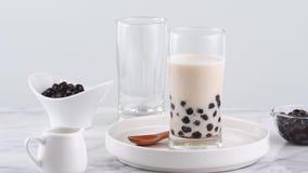 在玻璃,普遍的饮料在台湾在明亮的大理石桌上和白色盘子,自创概念的鲜美珍珠粉珍珠泡影奶茶 4K 影视素材