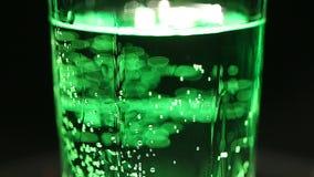 在玻璃,闪耀的绿色苏打的碳酸化合的甜饮料有害对健康 股票视频