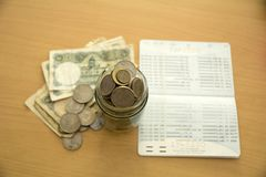 在玻璃-金钱储蓄概念的硬币 免版税库存照片