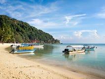在珊瑚海湾海滩, Pulau Perhentian,马来西亚的小船 库存图片