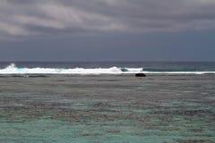 在珊瑚礁和盐水湖偏僻寺院,团聚的波浪 图库摄影