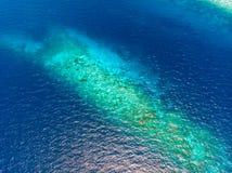在珊瑚礁热带加勒比海,土耳其玉色水下的空中上面 印度尼西亚Wakatobi群岛,海洋国立公园, 库存照片
