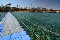 在珊瑚礁的浮码头 Sharm El Sheikh 红海 埃及 图库摄影