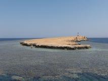 在珊瑚礁的灯塔在红海 免版税库存照片