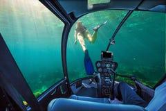 在珊瑚礁的水下的船 库存照片