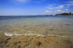 在珊瑚礁附近的蓝色热带水 免版税库存照片